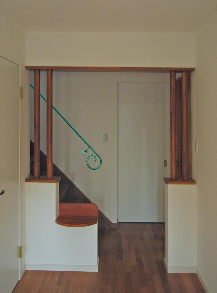 玄関の空間はアールデコ風にデザイン